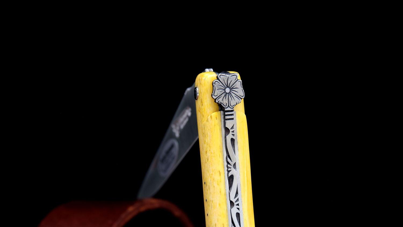 Original laguiole - Taschenmesser Laguiole en Aubrac, von Pierre Martin, Edition AFRICAN FLOWER, Kamelknochen, guillochierte Biene, Plein, brosse